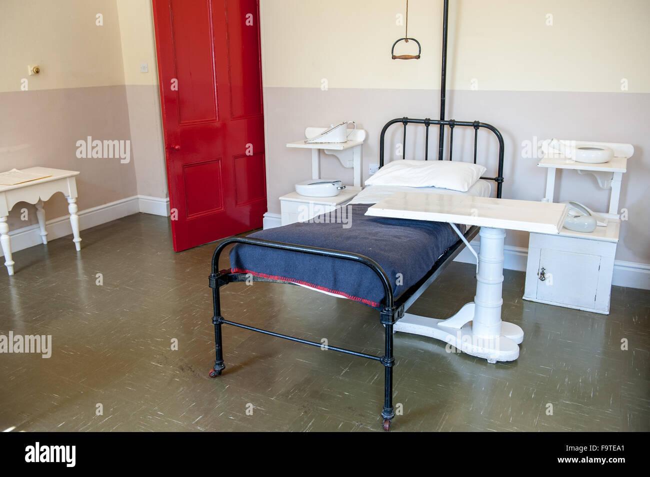 Vintage chambre d\'hôpital avec lit et porte rouge Banque D\'Images ...