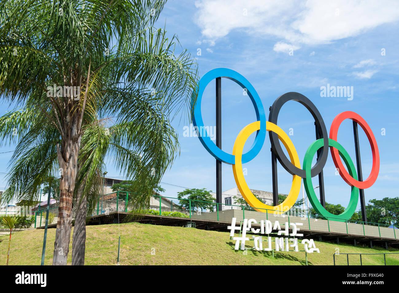 RIO DE JANEIRO, Brésil - 31 octobre 2015: anneaux olympiques se tiennent près de palmiers dans le Photo Stock
