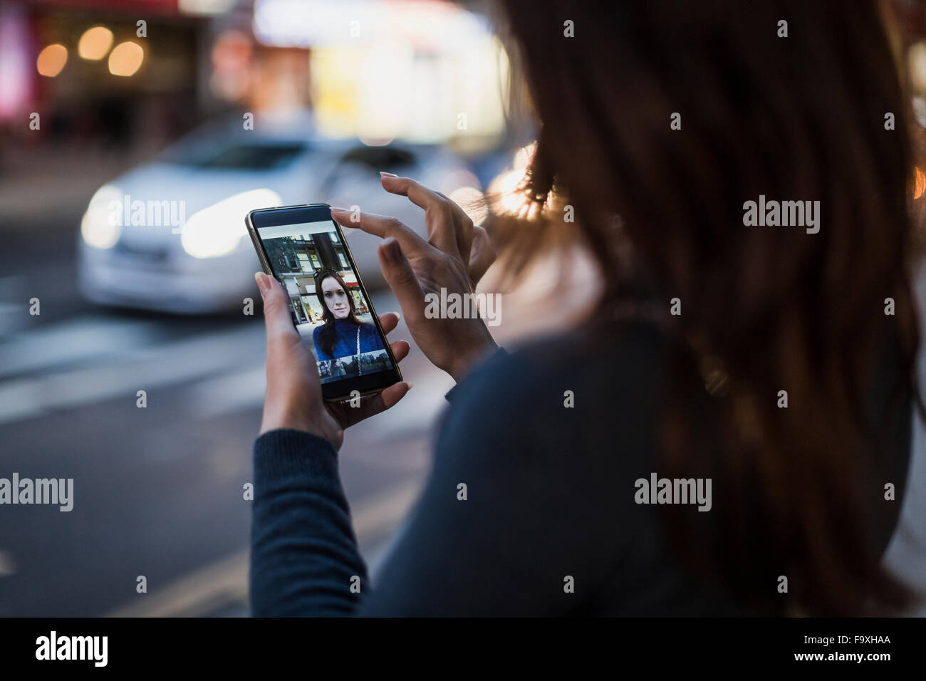 Prendre une femme par la route selfies Photo Stock