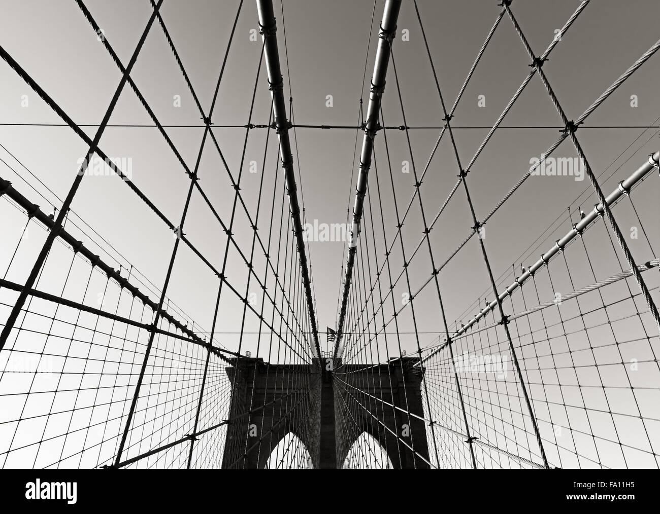 Tour du pont de Brooklyn, en noir et blanc, avec double arches gothiques et des câbles de suspension symétrique, Photo Stock