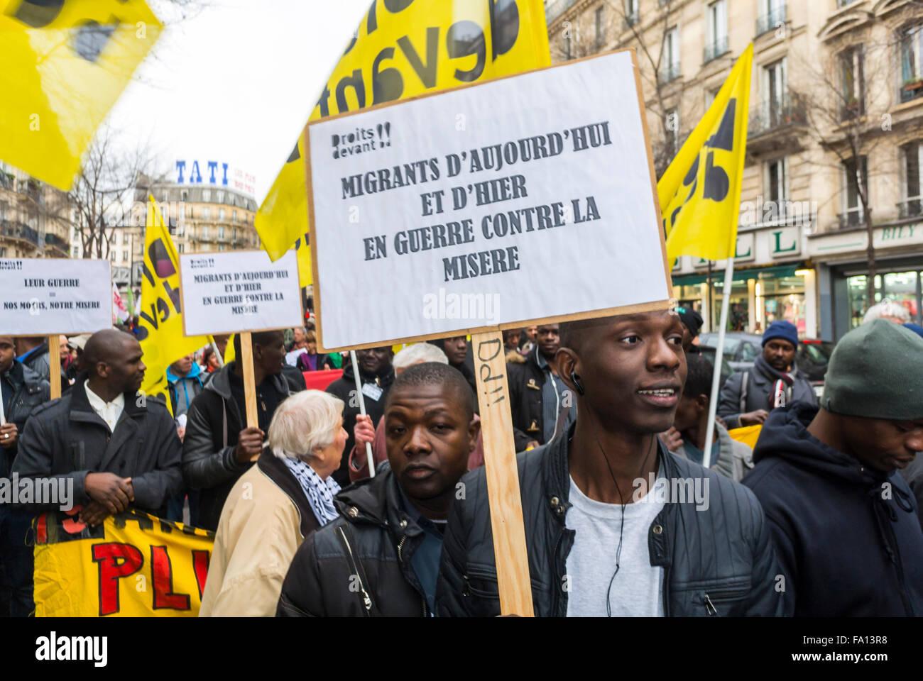 Paris, France, immigrants migrants, sans papiers, démonstration, foule avec l'homme africain tenant une affiche Banque D'Images