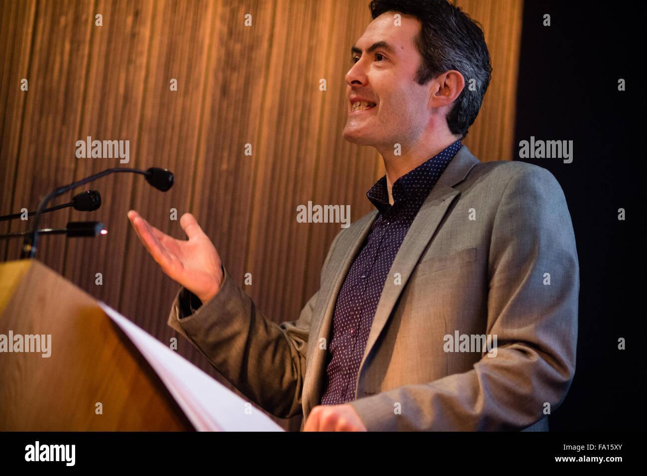 """JASON DAVIES WALFORD, poète, écrivain et universitaire, la lecture de ses poèmes dans un 'ekphrastic"""" réponse à la photographe de Magnum Photos Philip Jones Griffiths à l'objectif du Festival de la photographie documentaire. National Library of Wales Aberystwyth. Ekphrasis est une image, souvent dramatique, description d'une œuvre d'art visuel Banque D'Images"""