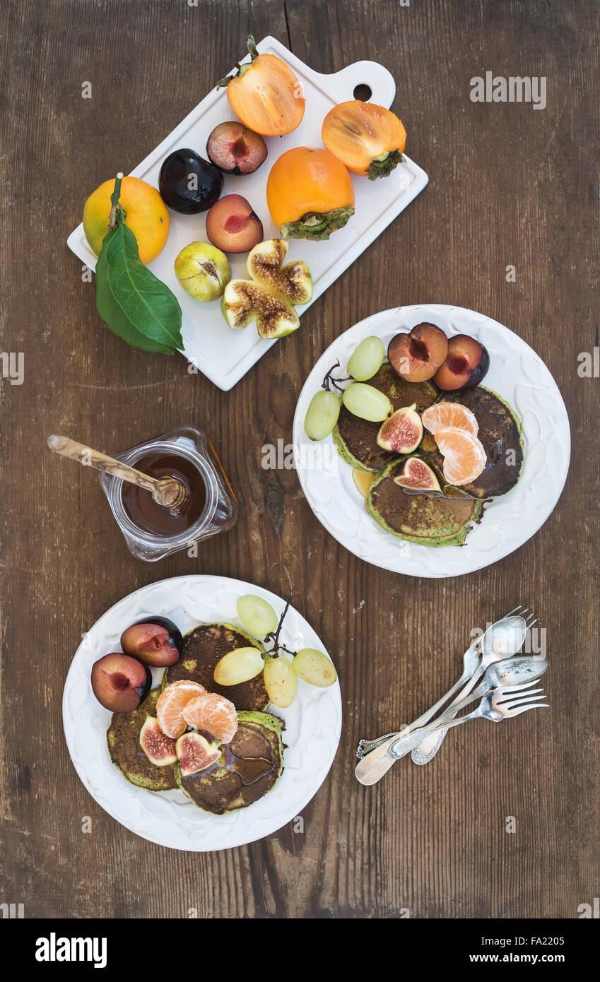 Le petit-déjeuner ensemble. Crêpes de courgettes fait maison avec des produits frais de prune, de la mandarine, Photo Stock