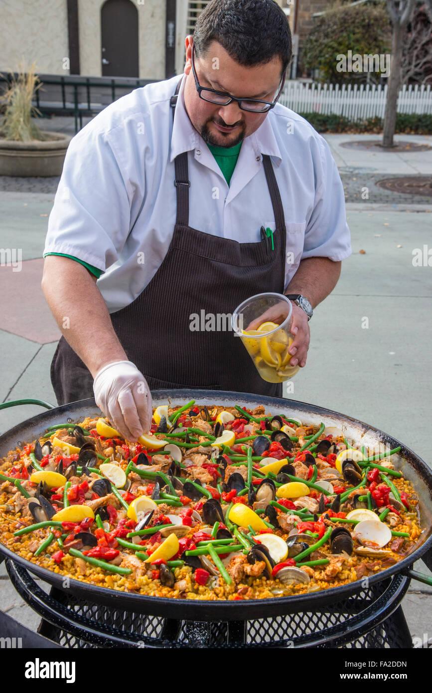 Marché Basque, le cuisinier en chef Jake Arrepondo la préparation de la Paella'' la plus célèbre Photo Stock