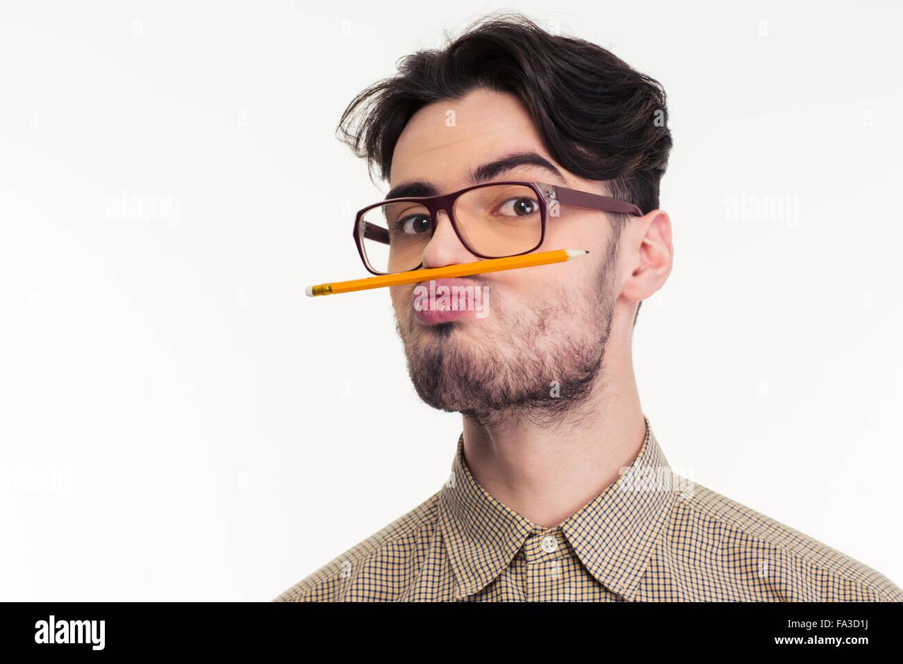 Portrait d'un drôle d'homme tenant un crayon entre la lèvre et le nez isolé sur fond blanc Photo Stock