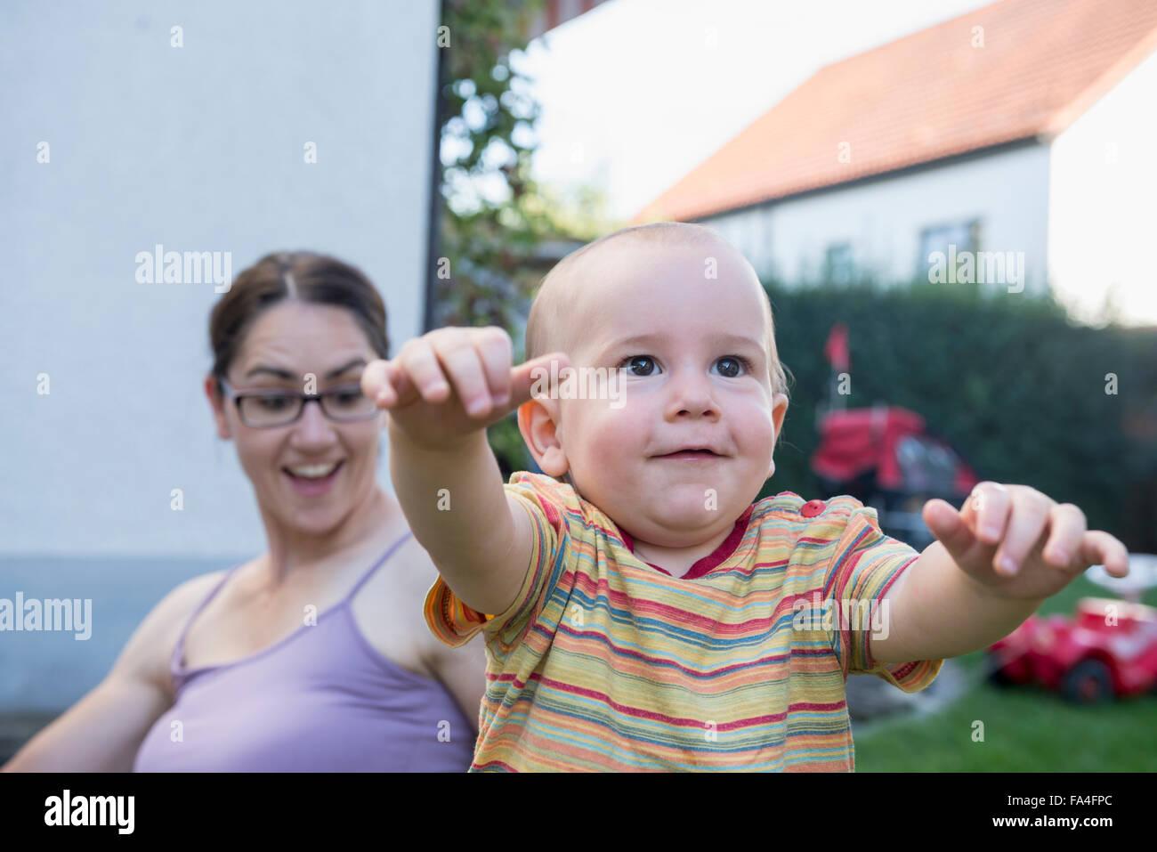 Mère est surpris à propos de son bébé sur les premières étapes, Munich, Bavière, Photo Stock