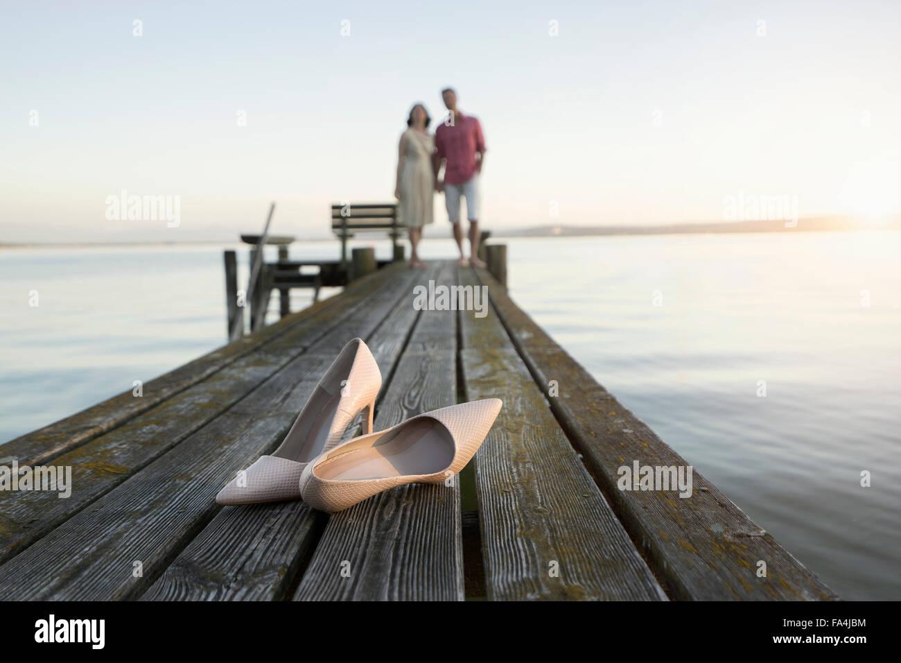 Avec souliers mature couple standing on pier, Bavière, Allemagne Photo Stock