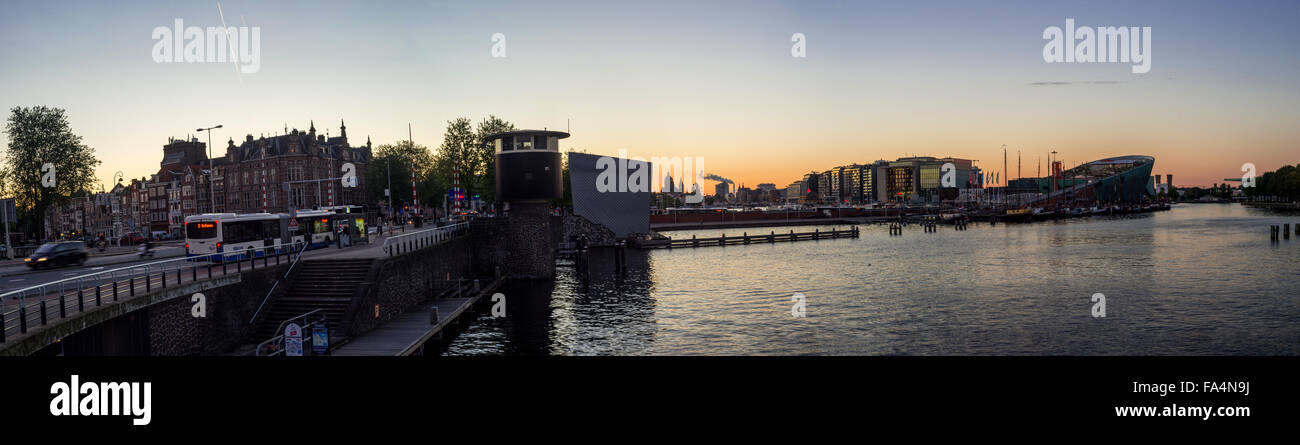 Vue panoramique sur le coucher de soleil sur Oosterdok Harbour et Nemo à Amsterdam (Hollande septentrionale, Pays-Bas). Banque D'Images
