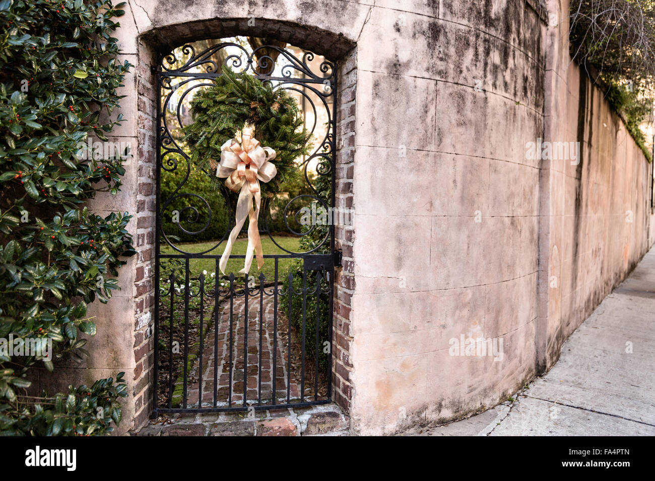 Porte de jardin en fer forgé sur une maison traditionnelle le long ...