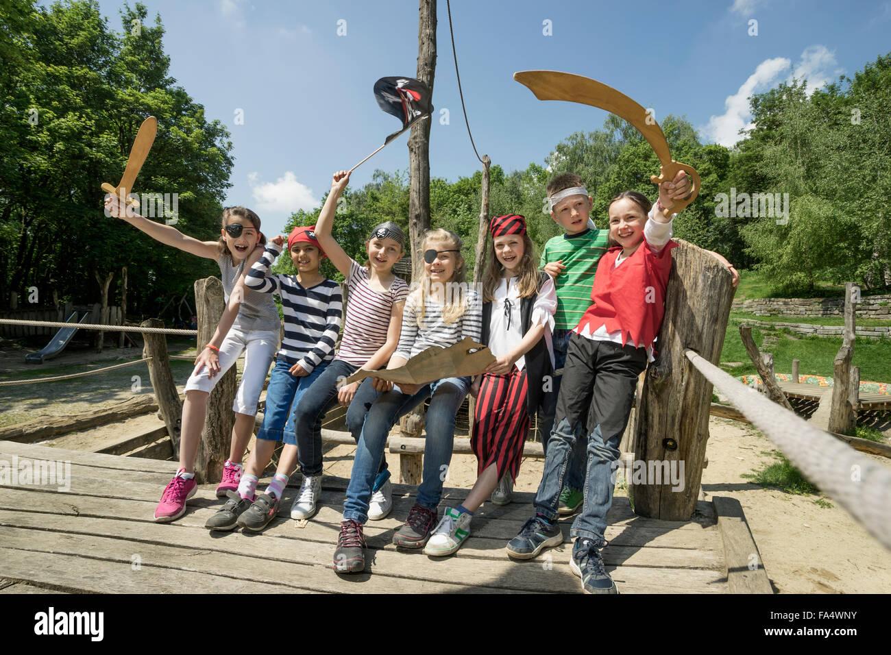Groupe d'enfants jouant sur un bateau pirate en terrain d'aventure, Bavière, Allemagne Photo Stock