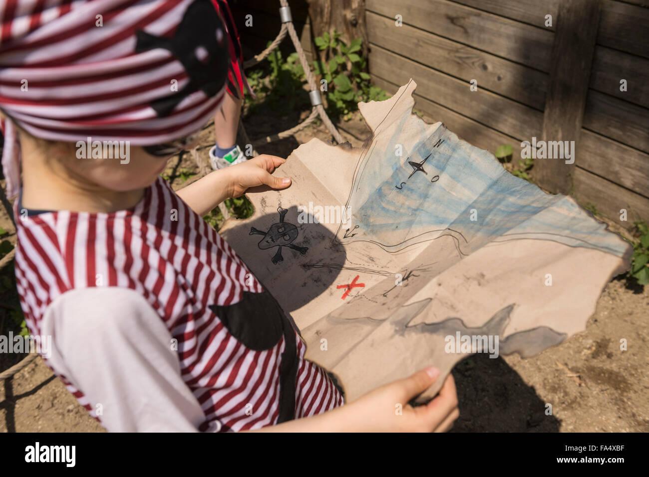 Une Carte Au Tresor En Allemand.Close Up Of A Boy L Examen D Une Carte Au Tresor Dans Un