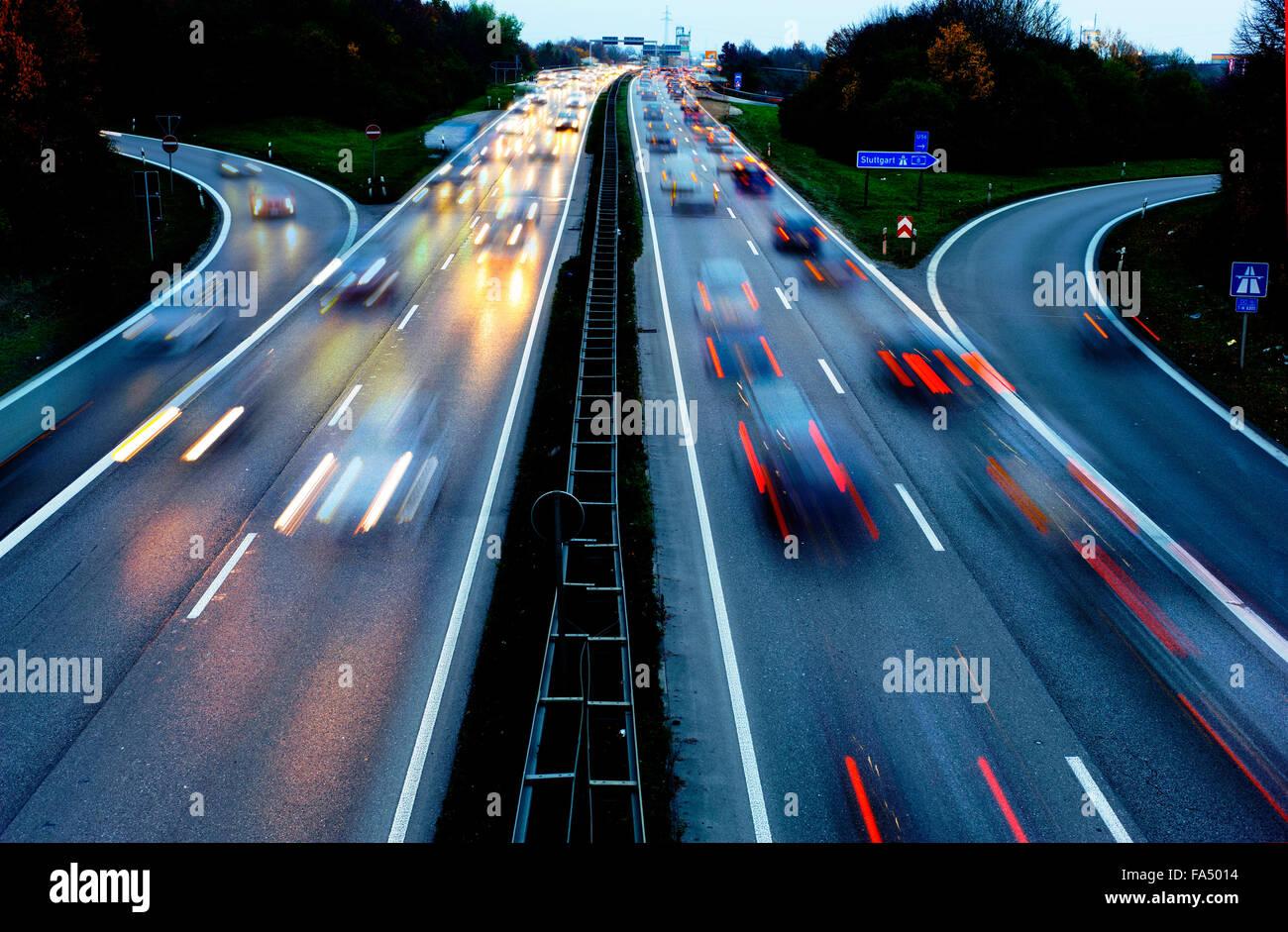 les voitures sur l 39 autoroute autobahn en allemagne en grande vitesse dans la nuit banque d. Black Bedroom Furniture Sets. Home Design Ideas