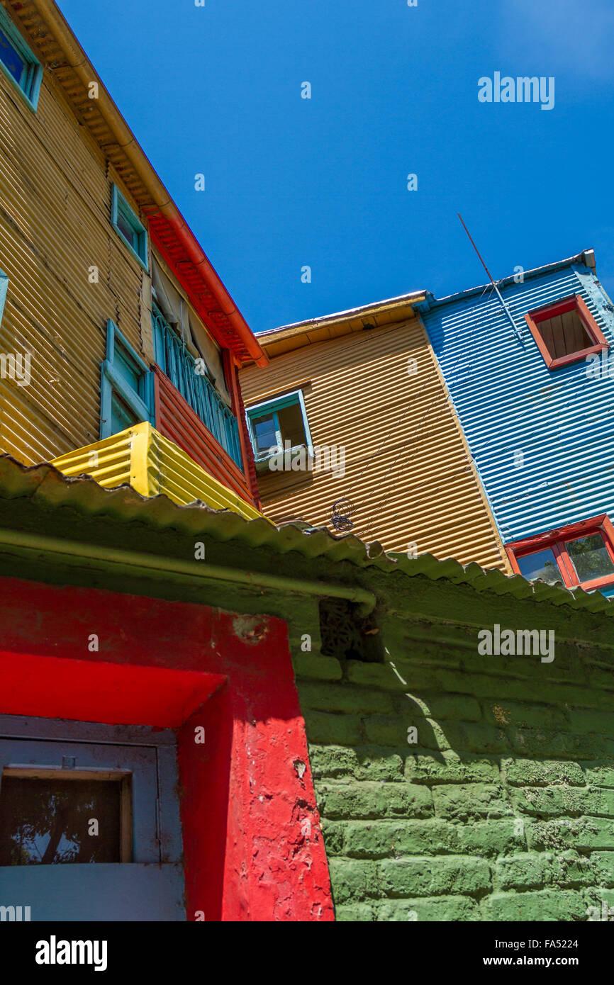 Fenêtres de maisons en carton ondulé vibrant à La Boca, Buenos Aires, Argentine Photo Stock
