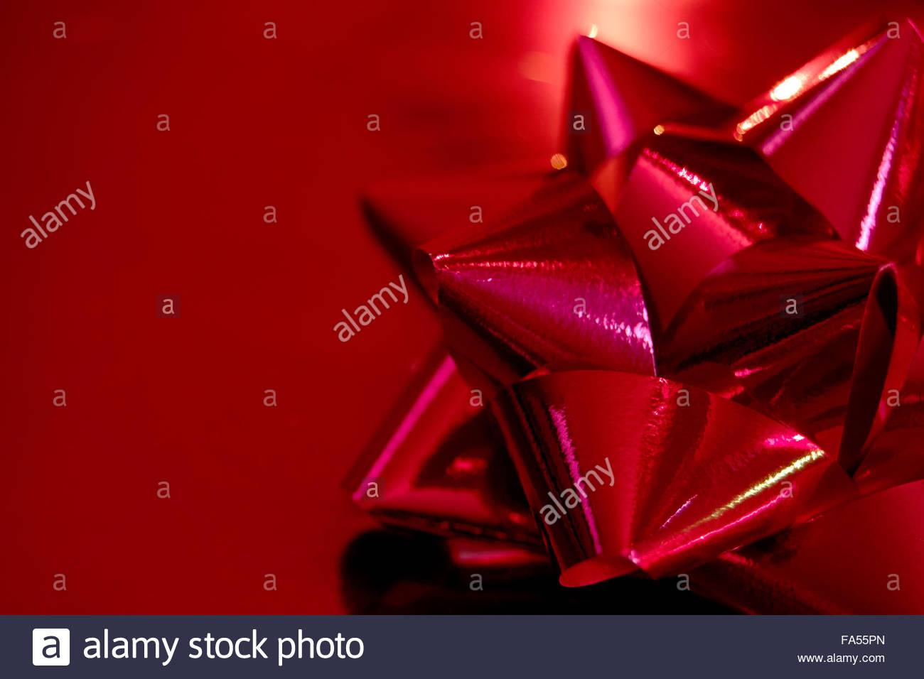Cadeau de Noël rouge avec du papier d'emballage et red bow Photo Stock