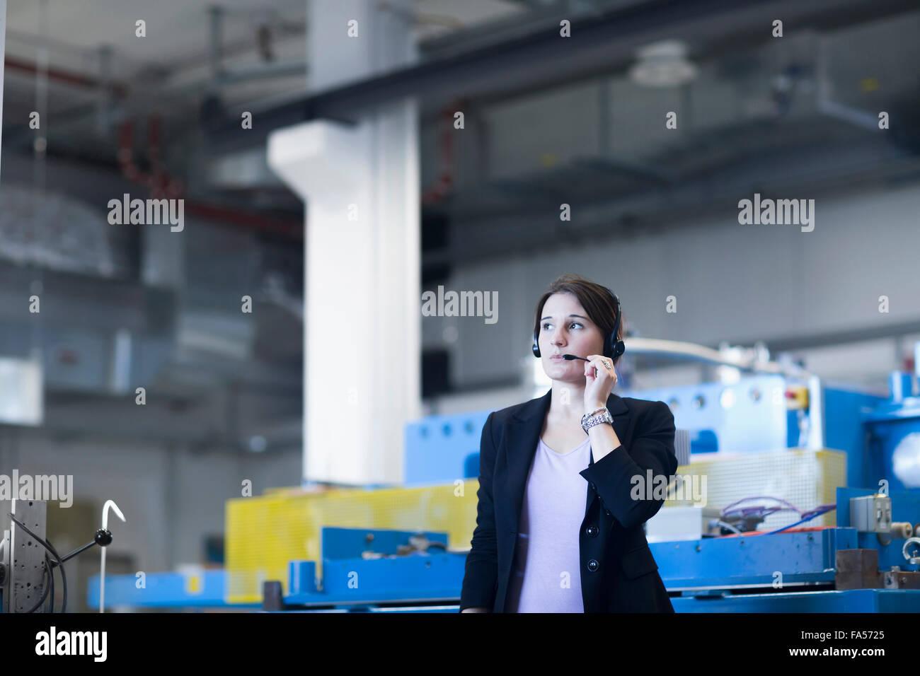 Ingénieur femelle portant casque dans une installation industrielle, Freiburg im Breisgau, Bade-Wurtemberg, Allemagne Banque D'Images