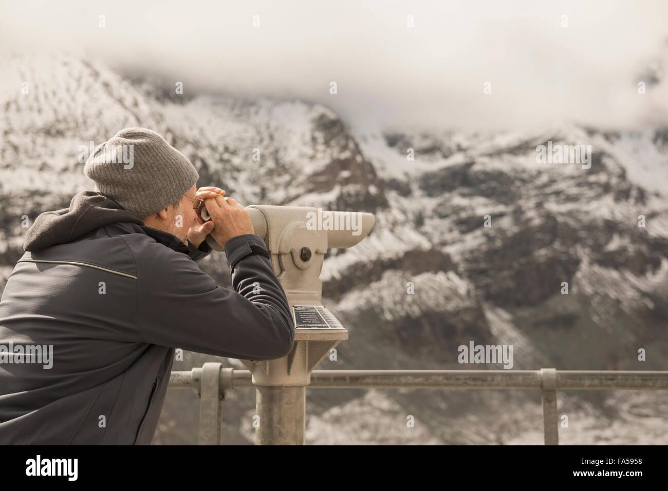 Homme mûr à la montagne avec au télescope, Grossglockner mountain, Parc National Hohe Tauern, Carinthie, Photo Stock