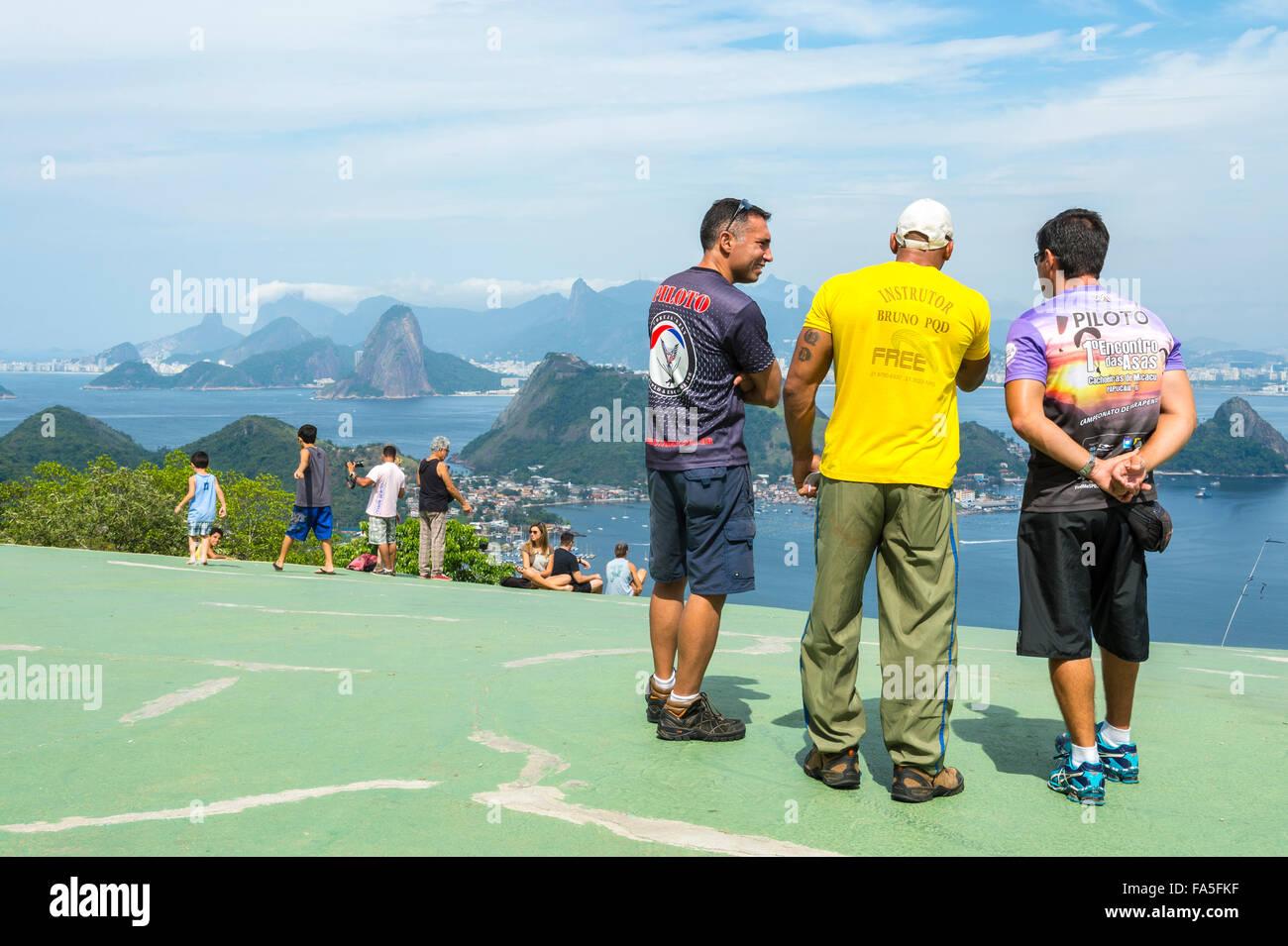 RIO DE JANEIRO, Brésil - 24 octobre 2015: parapente les pilotes à évaluer les conditions météorologiques Photo Stock