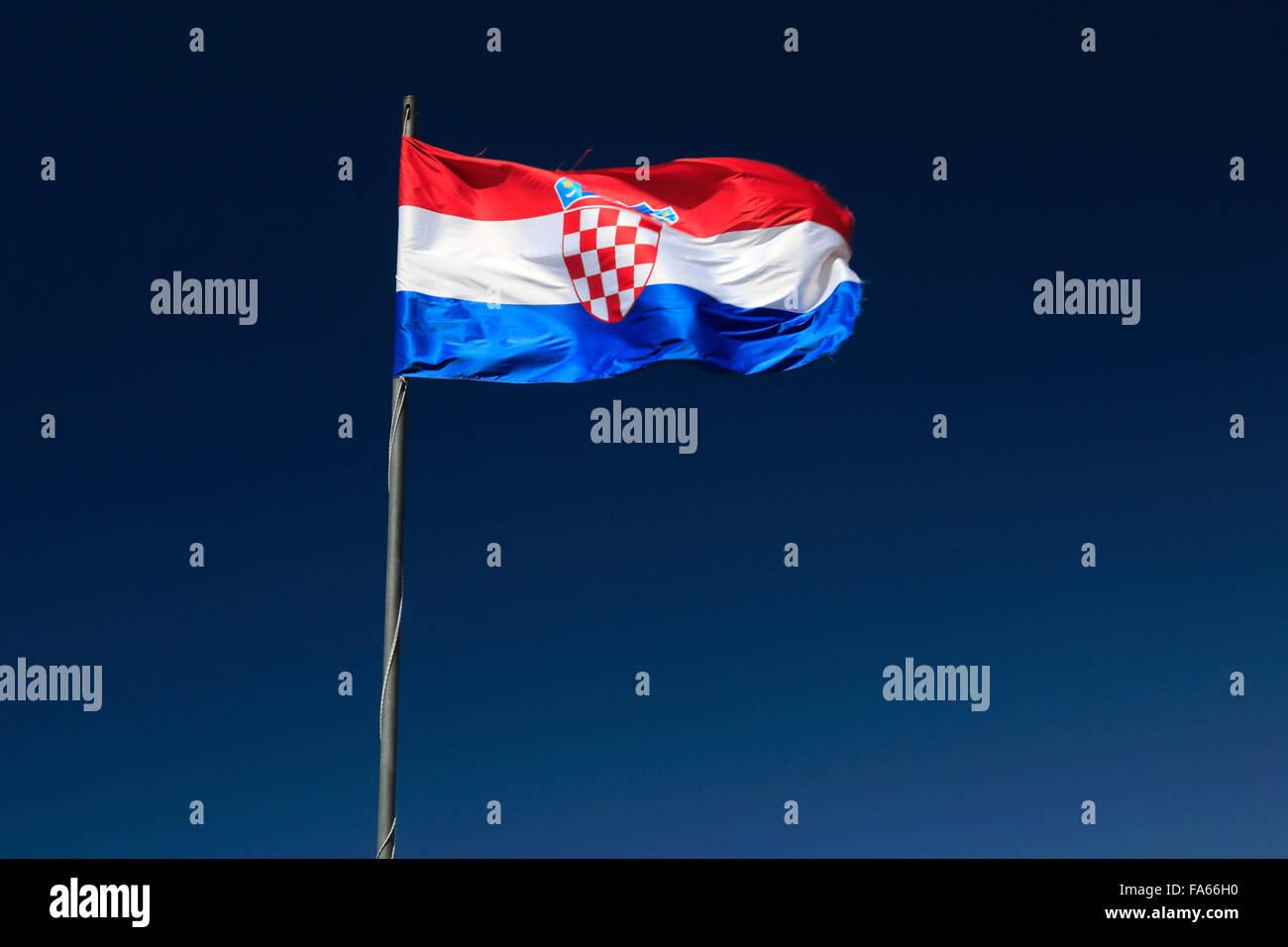 Le drapeau national croate against blue sky, Sweden, Dubrovnik-Neretva County, côte dalmate, Mer Adriatique, la Croatie, Balkan Banque D'Images