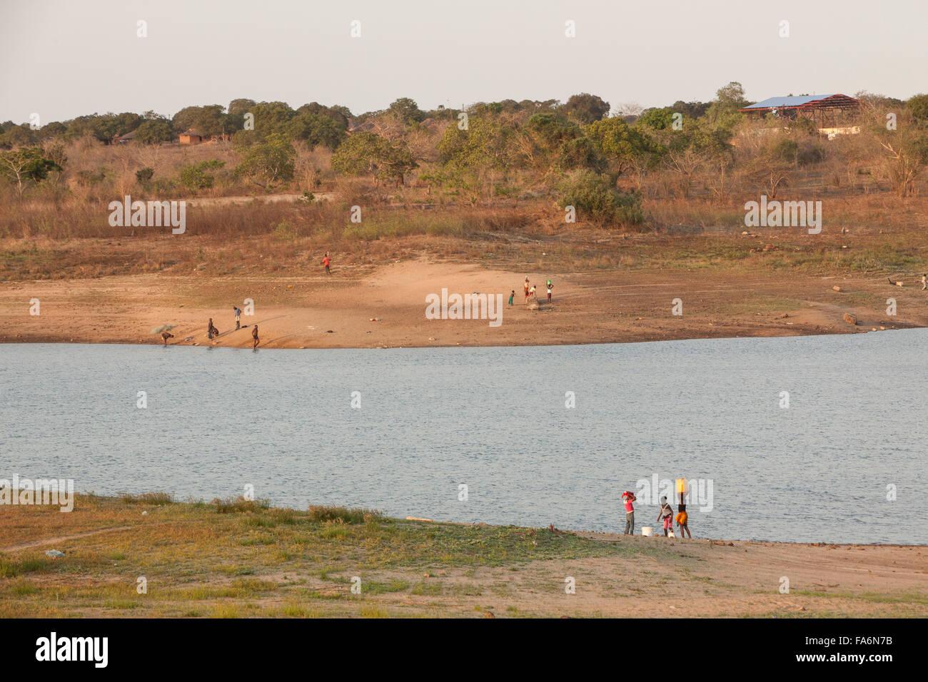 Les résidents de tirer de l'eau de la rivière Muecula près du barrage de Nacala dans la province Photo Stock