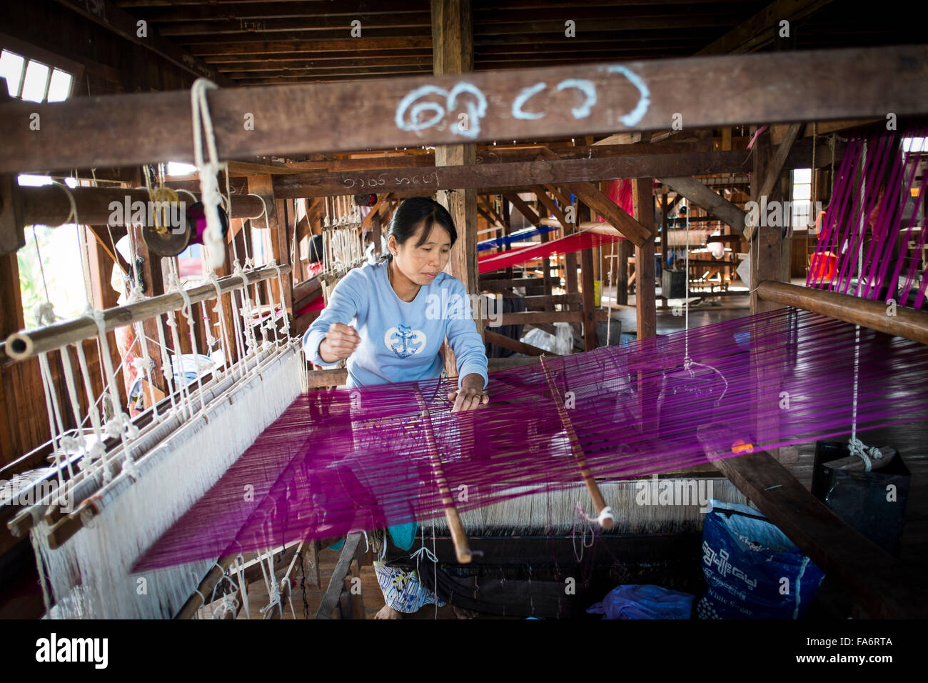 Fabrication de textiles birmans traditionnels à côté du lac Inle, Myanmar Photo Stock