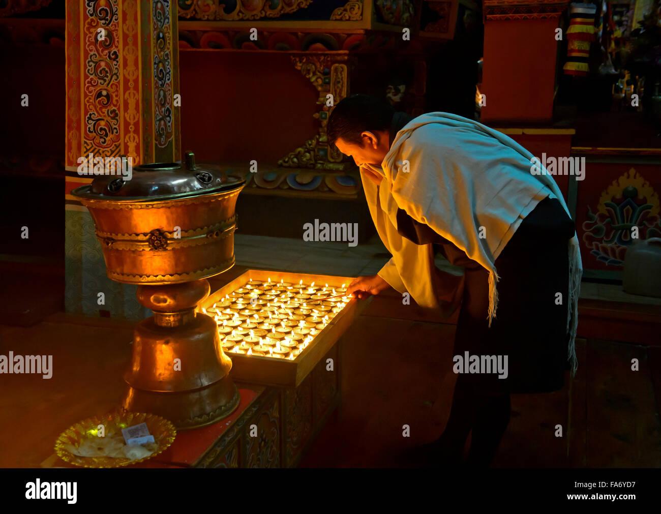 Homme bhoutanais à la cérémonie des 1000 lampes à beurre dans un monastère bouddhiste, Photo Stock