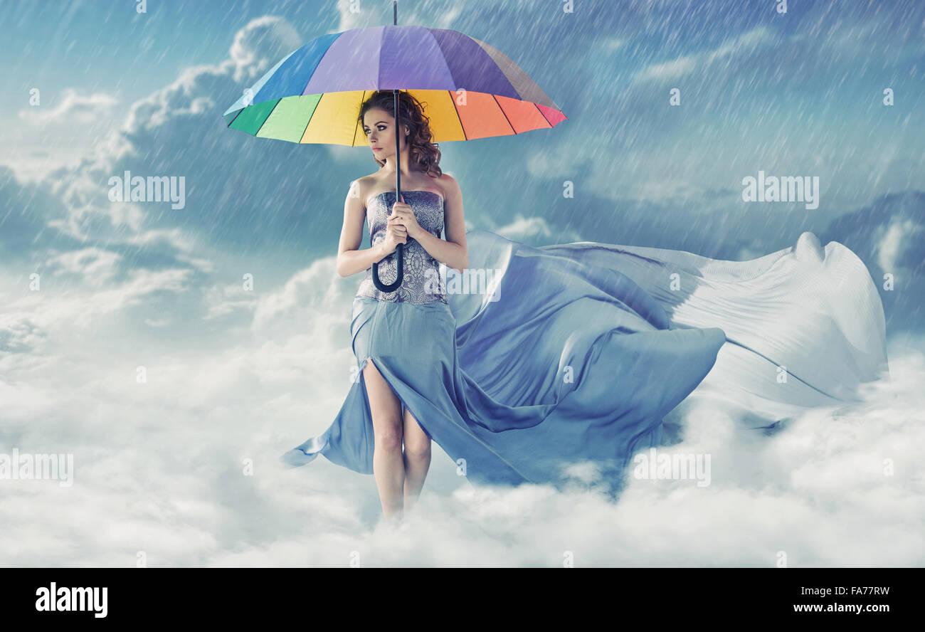 Jolie jeune femme en temps de pluie Photo Stock