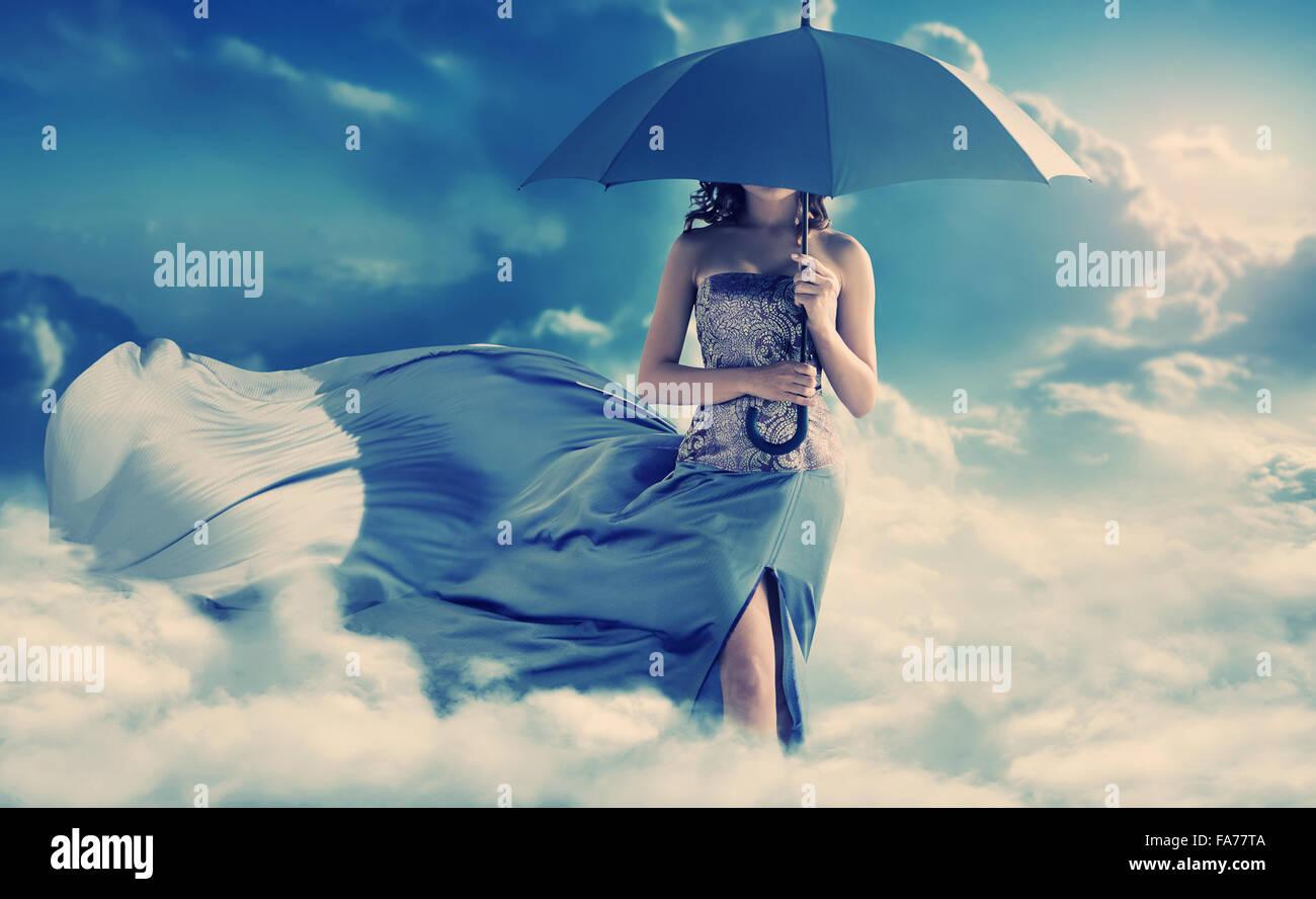 Jolie femme marche dans le paradis Photo Stock
