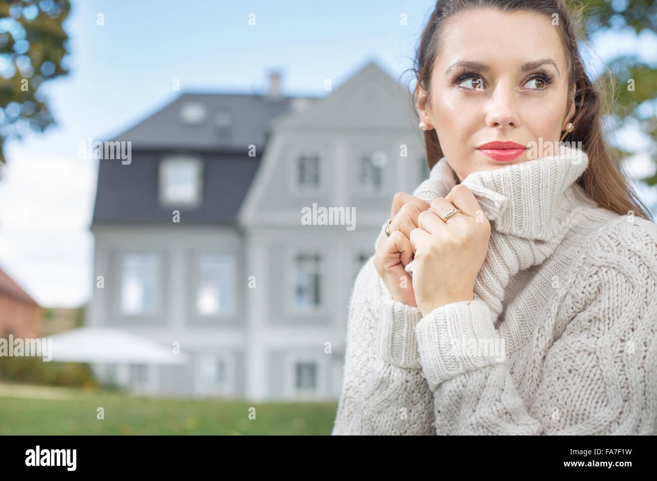 Jolie dame portant des pull en laine épaisse Photo Stock