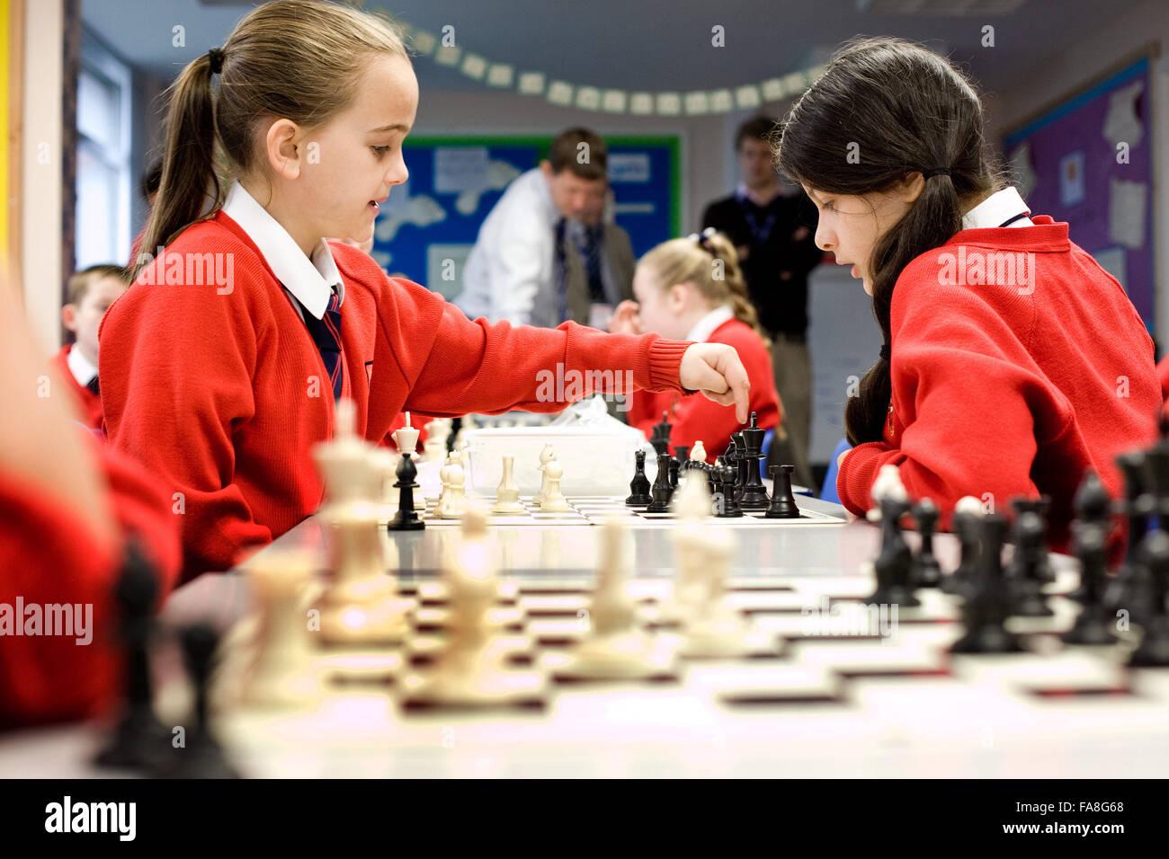 L'école primaire catholique sacré Cœur sur Hall Lane , Liverpool . L'année 5 et 6 élèves d'une leçon d'échecs . Banque D'Images