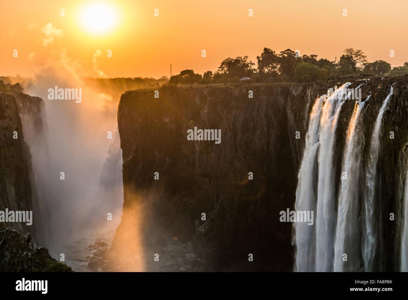 Coucher du soleil au Victoria Falls en Zambie Photo Stock