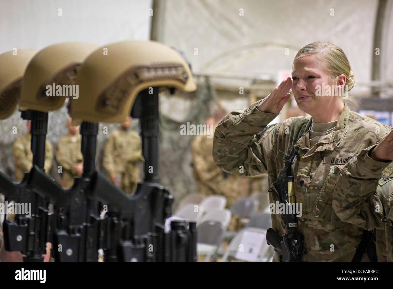 Bagram, en Afghanistan. Dec 23, 2015. Les membres du service des États-Unis qu'ils saluent leurs respects Photo Stock