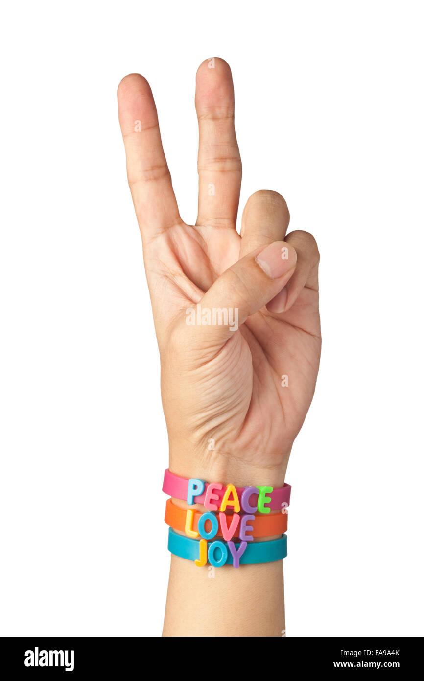 Bracelets à la main avec les mots paix, amour et joie isolé sur fond blanc Photo Stock