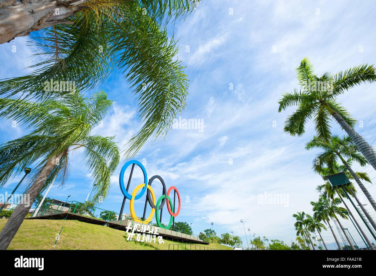 RIO DE JANEIRO, Brésil - 31 octobre 2015: anneaux olympiques se tiennent près de grands palmiers Photo Stock