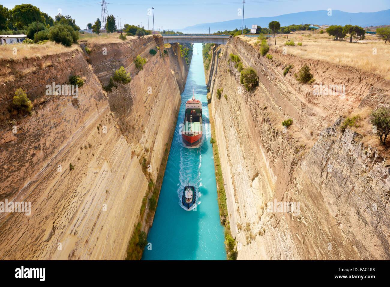 Corinthe - bateau dans le canal de Corinthe, le Péloponnèse, Grèce Photo Stock