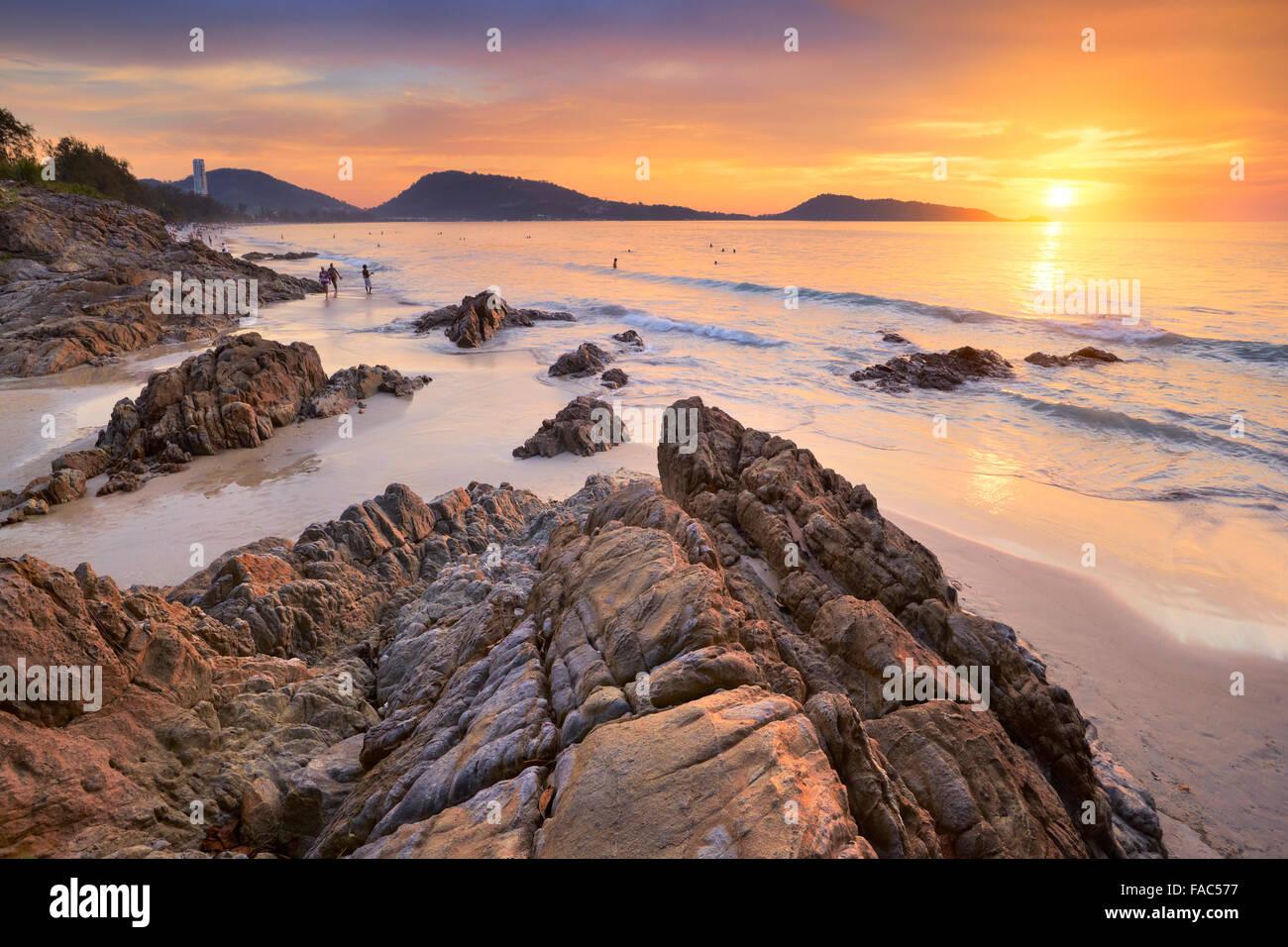Thaïlande - l'île de Phuket, Patong Beach tropical à l'heure du coucher de soleil. Photo Stock