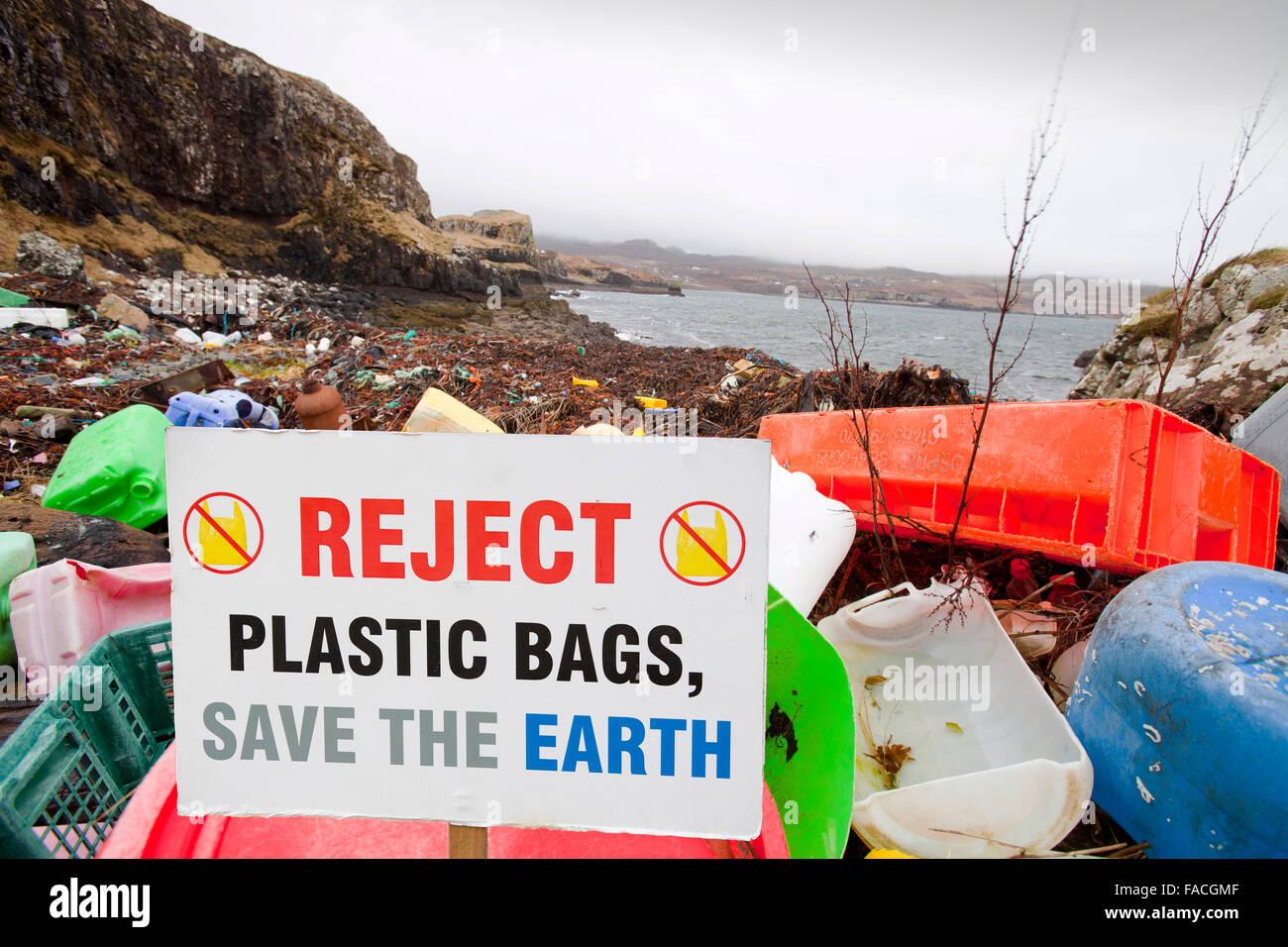 Des débris de plastique s'est échoué à Ardtreck Bay sur l'île de Skye, Écosse, Royaume-Uni. Banque D'Images