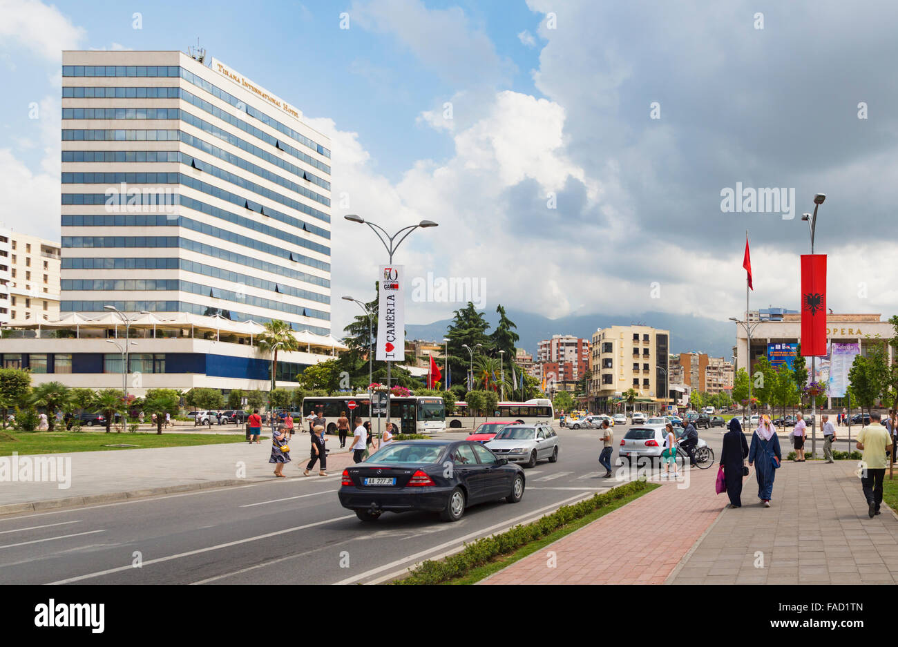 Tirana, Albanie. Rruga e Durresit, ou Durrës Street. L'une des principales artères de la capitale. Photo Stock