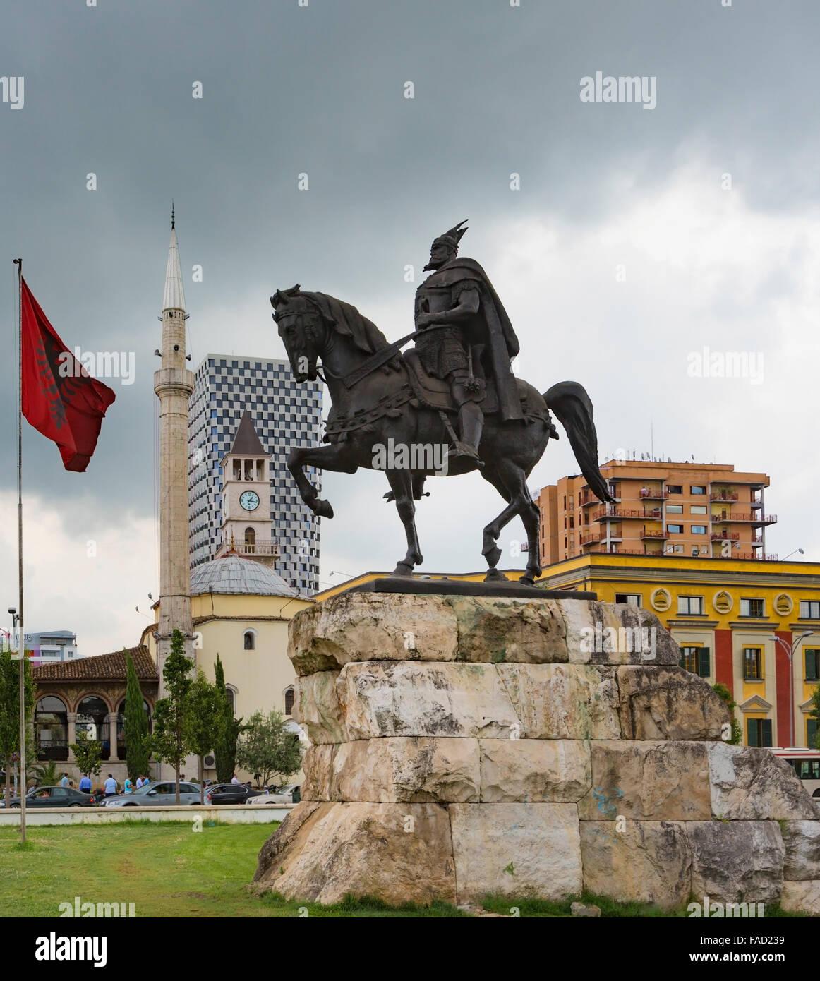 Tirana, Albanie. La place Skanderbeg Skanderbeg, avec monument de son vrai nom George Castriot, 1405 - 1468. Drapeau Photo Stock