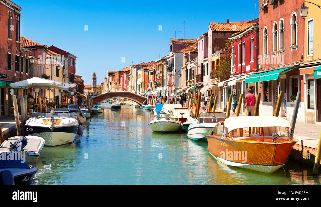 Canal de Fondamente dei Vetrai avec morred bateaux, Île de la lagune Murano, Vénétie, Venise, l'UNESCO Photo Stock