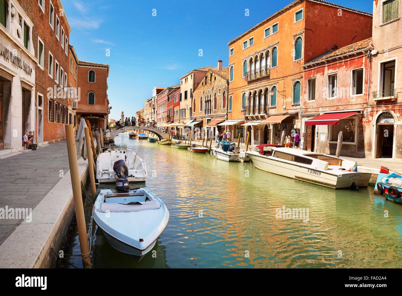 Canal de Fondamente dei Vetrai avec bateaux amarrés, Murano, île de la lagune de Venise, Vénétie, Photo Stock