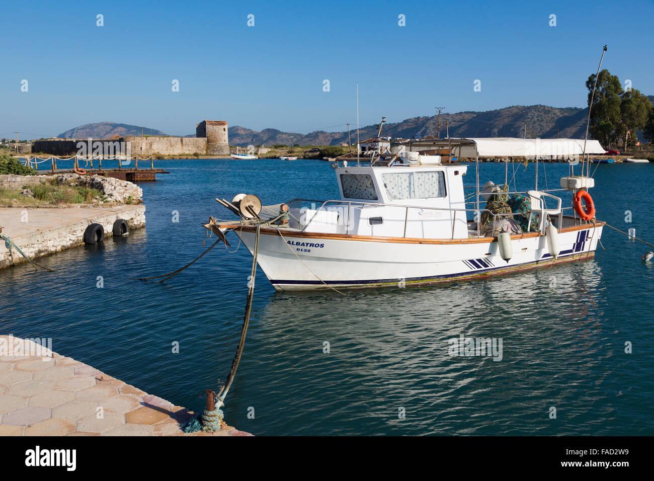 Butrint, Albanie. Bateau de pêche amarrés dans le canal de Vivari avant du site archéologique. Photo Stock
