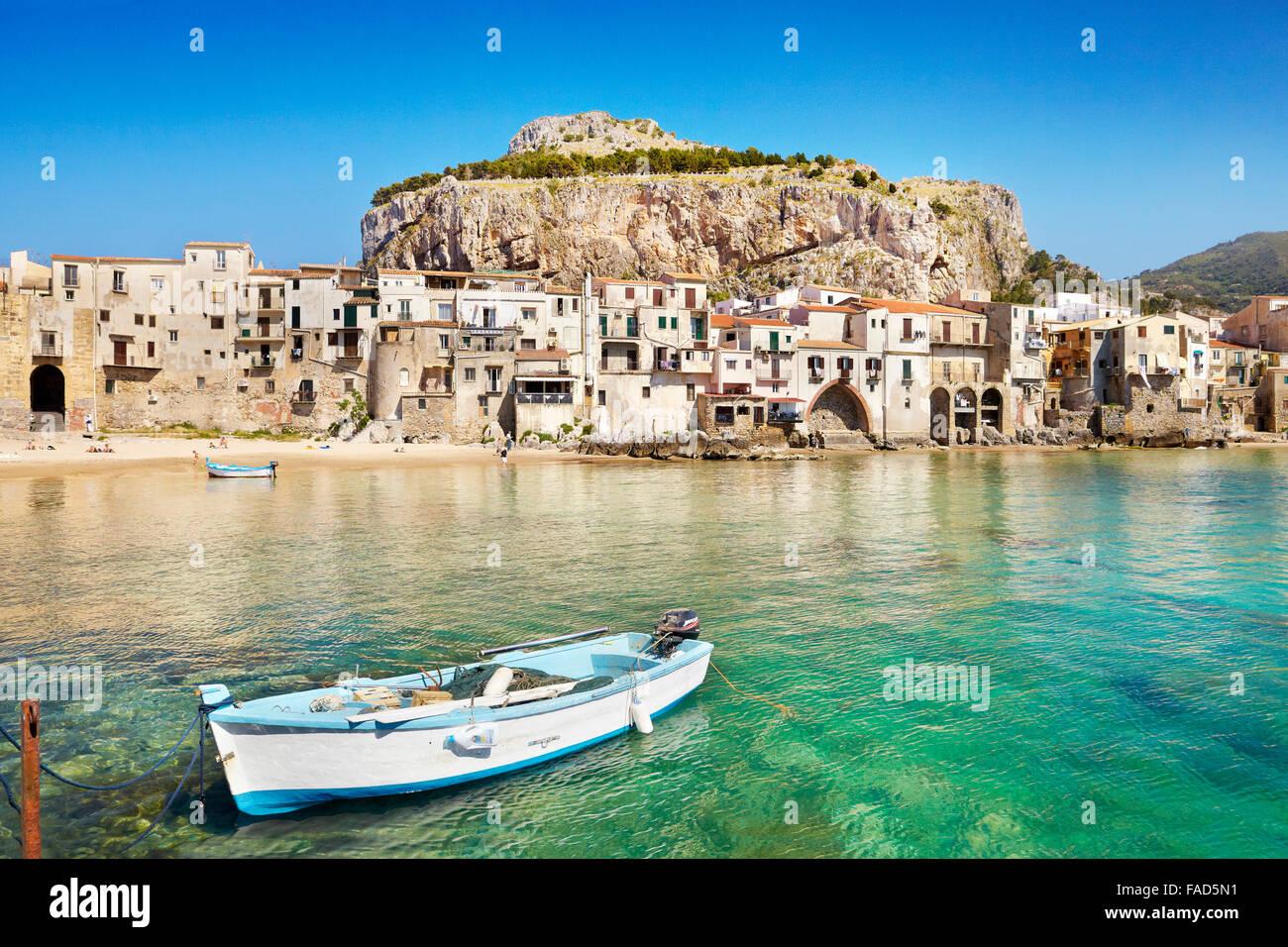 Bateau de pêche et des maisons médiévales de la vieille ville de Cefalù, Sicile, Italie Photo Stock