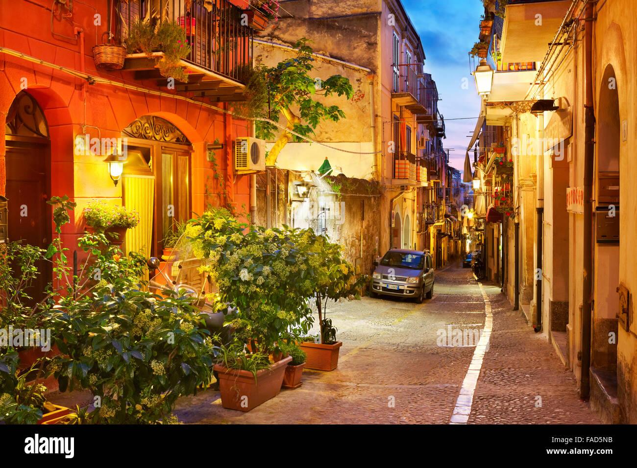 Rue de la vieille ville à l'éclairage du soir, Cefalù, Sicile, Italie Photo Stock