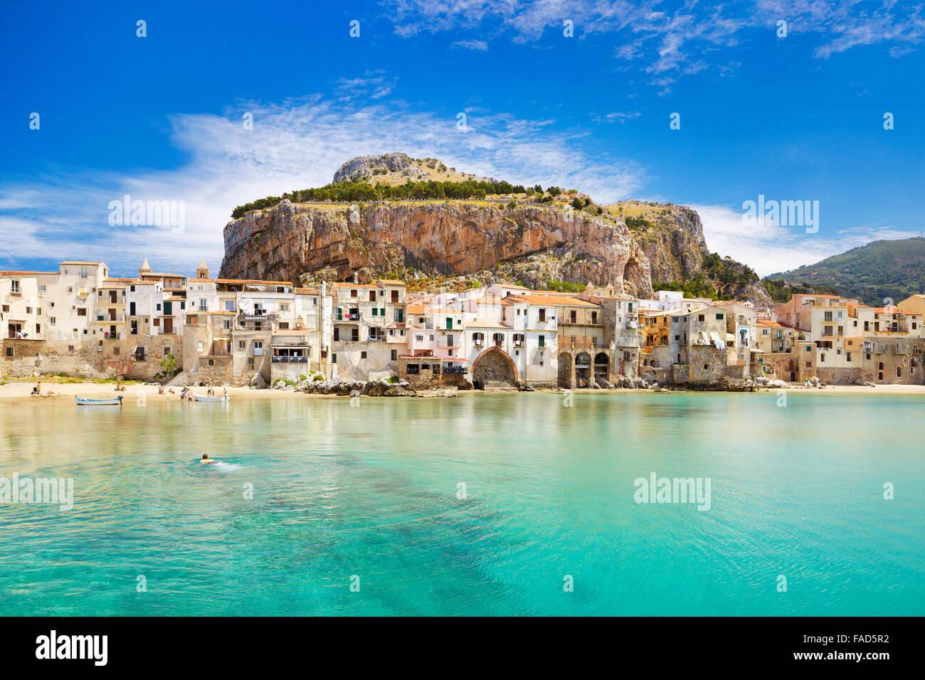 Maisons médiévales et la Rocca Hill, Cefalù, Sicile, Italie Photo Stock