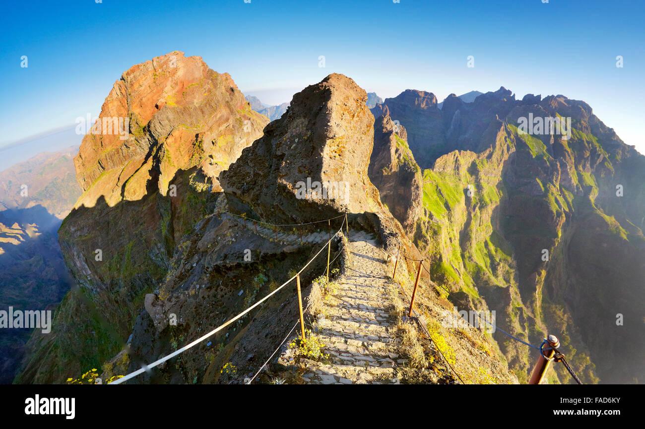 Sentier de randonnée de montagne de Madère Pico do Arieiro à Pico Ruivo, île de Madère, Photo Stock
