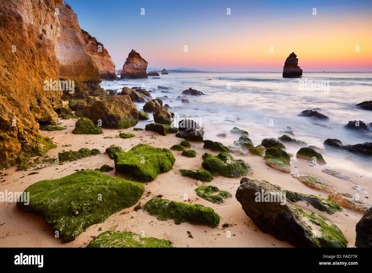 Côte de l'Algarve au lever du soleil près de Lagos, Algarve, Portugal Photo Stock