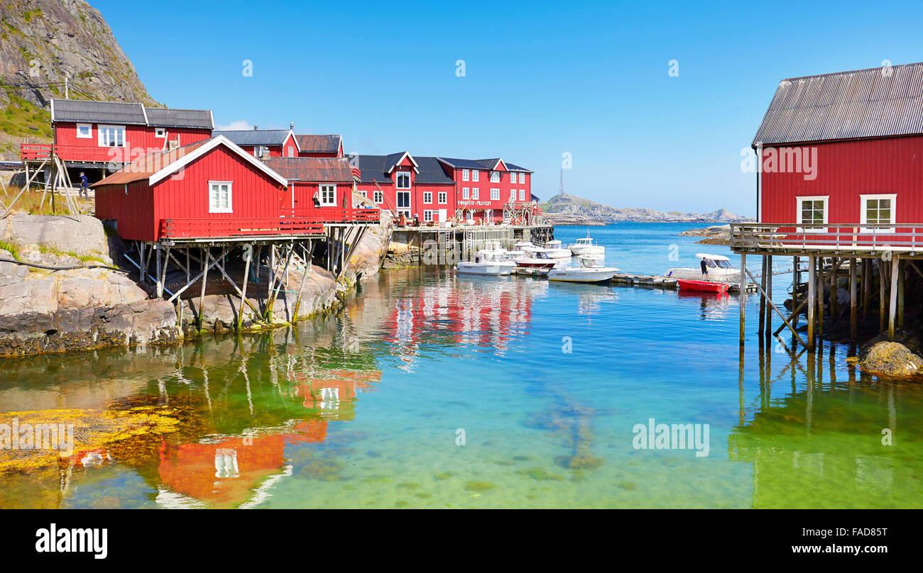 Maisons traditionnelles en bois rouge rorbu sur l'Île Moskenesoya, îles Lofoten, Norvège Photo Stock