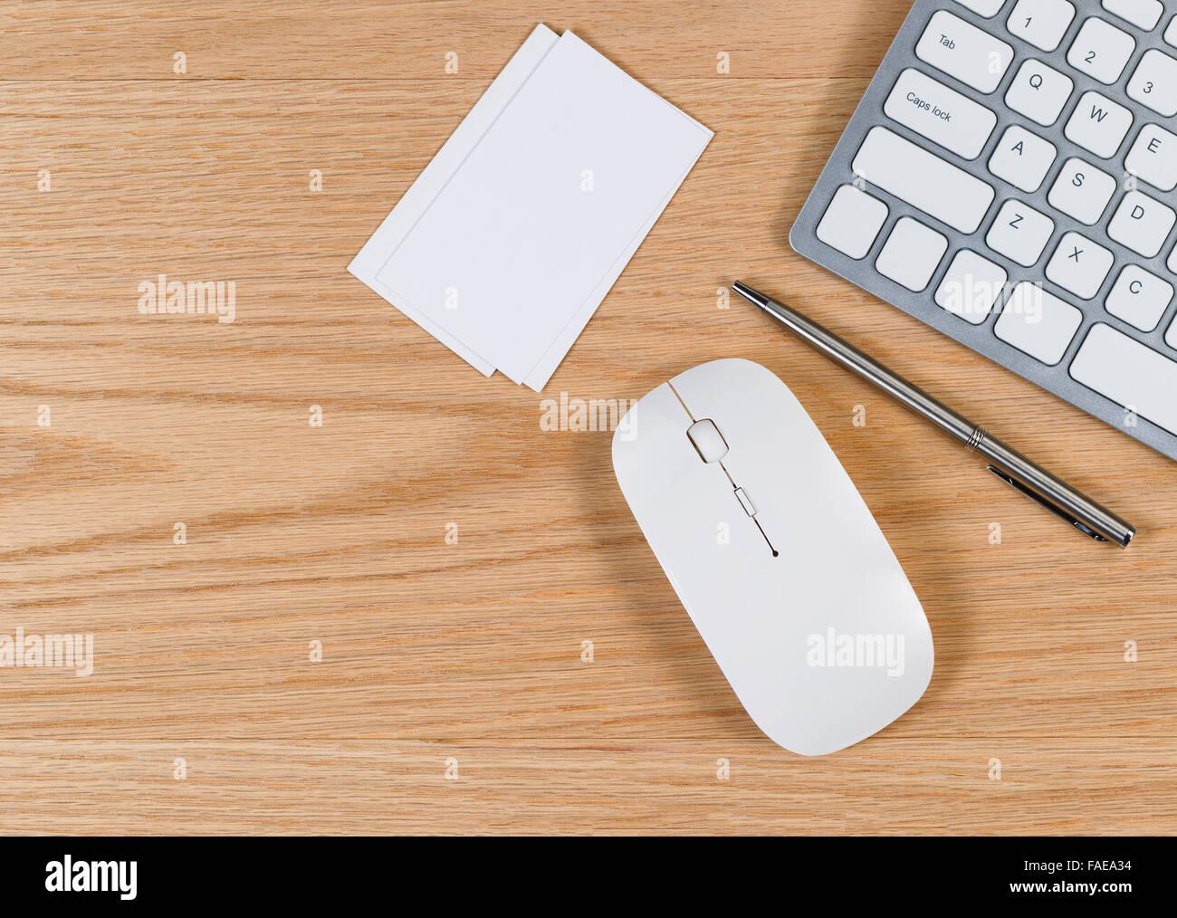 Office de bureau avec ordinateur clavier souris stylo blanc et