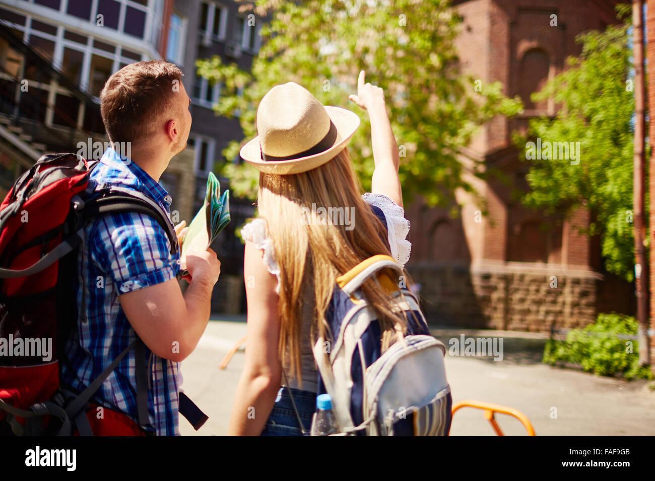 Couple de touristes voyageant dans d'autres ville Photo Stock