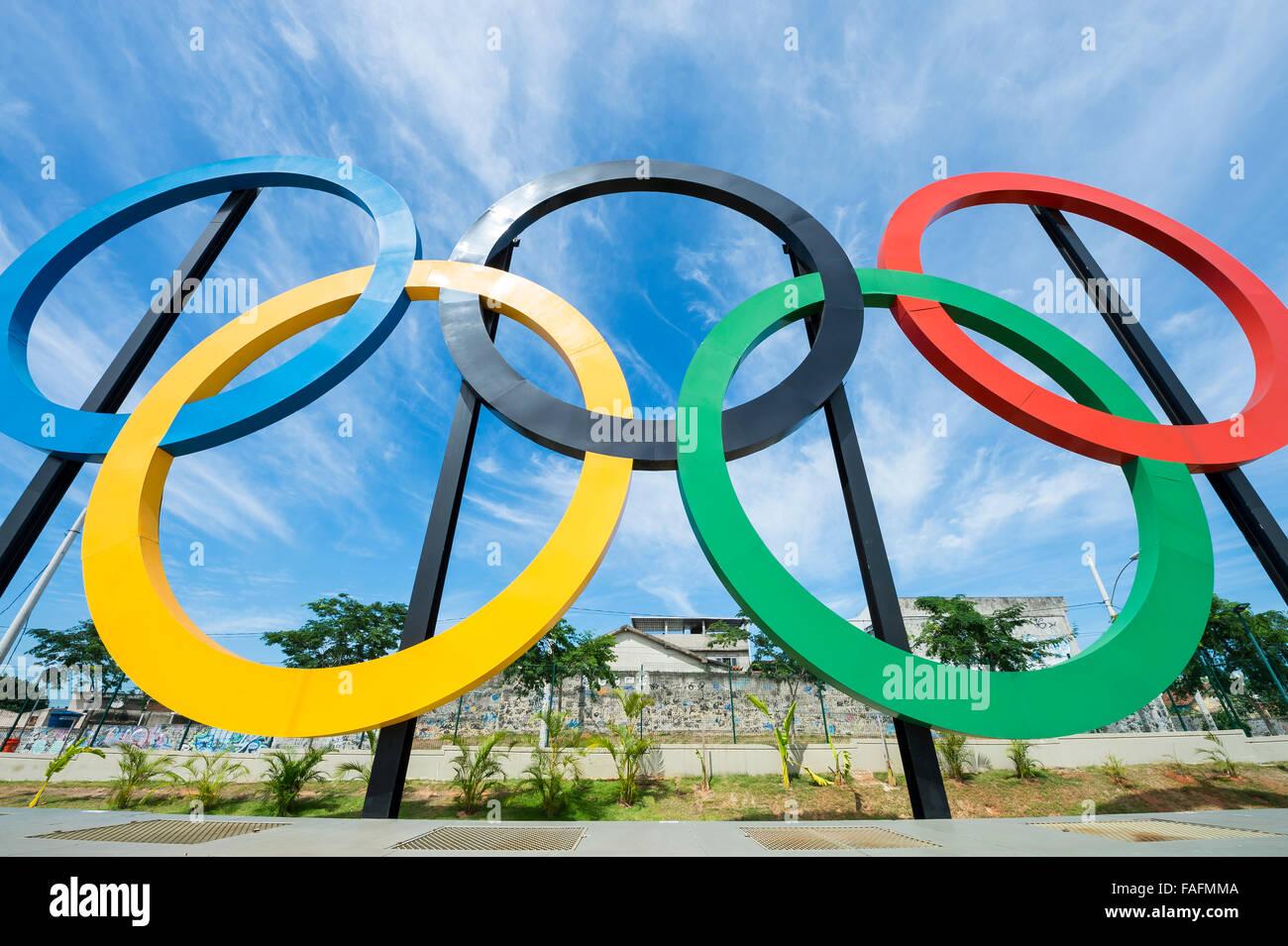 RIO DE JANEIRO, Brésil - 31 octobre 2015: anneaux olympiques se tiennent contre ciel bleu dans le parc Photo Stock